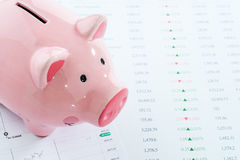 Spaarvarken met voorraadgegevens, investeringsconcept Stock Foto's