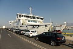 Spaccatura, Croazia - 19 agosto 2017: Automobili che aspettano il boardin del traghetto fotografie stock libere da diritti