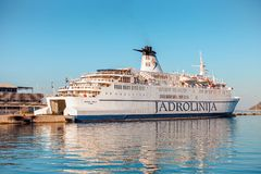 SPACCATURA, CROAZIA - 11 LUGLIO 2017: Nave da crociera del ` del ` JADROLINIJA nel porto della città di spaccatura - Croazia Immagine Stock