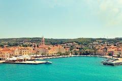 SPACCATURA, CROAZIA - 12 LUGLIO 2017: Vista panoramica sul porto della città di Supetar dal lato della Croazia marina Immagine Stock