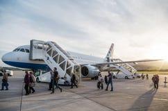 SPACCATURA, CROAZIA - 6 MARZO 2015: I passeggeri che escono l'Airbus A320 delle linee aeree della Croazia hanno parcheggiato su u fotografie stock libere da diritti