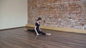 Spaccatura della gamba della ragazza di esercizio di ginnastica di forma fisica di sport Fotografia Stock