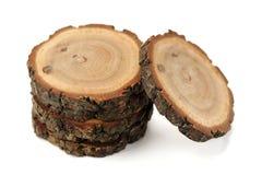 Spaccatura della quercia con gli anelli e la corteccia di crescita isolati fotografie stock libere da diritti