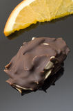 Spaccature della mandorla in cioccolato scuro Immagini Stock Libere da Diritti