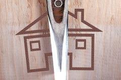 Spacchi della casa di legno con un'ascia Divisione della propriet? fotografia stock libera da diritti
