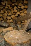 Spacchi il legno per l'inverno fotografie stock libere da diritti