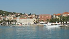 Spacchi, la Croazia - 07 22 2015 - vista scenica della città con il fondo della montagna, il bello paesaggio urbano, il giorno so immagine stock