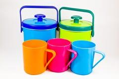 Spacci di bevande di plastica variopinti e tazze dell'acqua Fotografie Stock Libere da Diritti