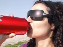 Spaccio di bevande dell'alluminio e della donna Fotografia Stock