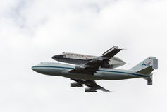 Space Shuttle Discovery flies over Washington Royalty Free Stock Images