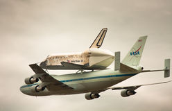 Space Shuttle Discovery over Udvar-Hazy Royalty Free Stock Photos