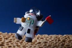 Spaceman επιπλέουσα στρατόσφαιρα, φανταστικό τοπίο πλανητών μπλε ουρανός ανασκόπησης Χαρακτήρας λαμπών φωτός που ντύνεται μέσα Στοκ εικόνα με δικαίωμα ελεύθερης χρήσης