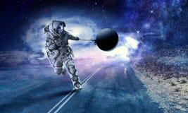 Spaceman κλέβει τον πλανήτη Μικτά μέσα στοκ φωτογραφία με δικαίωμα ελεύθερης χρήσης