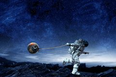 Spaceman κλέβει τον πλανήτη Μικτά μέσα στοκ εικόνες με δικαίωμα ελεύθερης χρήσης