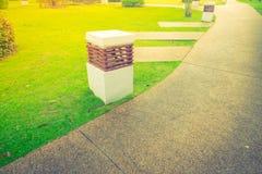 Spacer ścieżka w parku z zieloną trawą (Filtrujący wizerunek p obrazy stock
