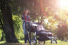 Spacer kobiety z spacerowicza lata światłem słonecznym Obraz Royalty Free