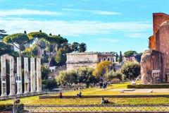 Spacer Romański forum kolumn Titus łuk Rzym Włochy Fotografia Royalty Free