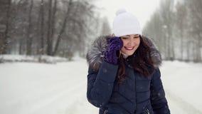 Spacer w świeżym powietrzu Młoda kobieta opowiada na telefonie w parku zdjęcia royalty free