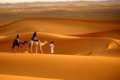 Spacer w erg pustyni w Maroko Zdjęcie Stock