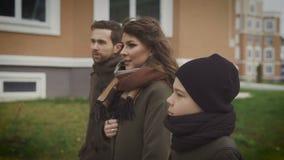 Spacer w jardzie Ostatnio rodzina chodzi przez miasta Wydają ich czas wolnego wpólnie Przeciw tłu zdjęcie wideo