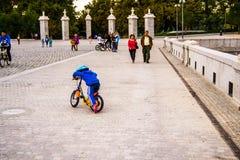 Spacer w Parkowym Madryt Fotografia Royalty Free