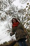 Spacer w parku w jesieni Zdjęcie Royalty Free