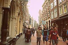 Spacer w ruchliwie mimo to spokojnym mieście Zdjęcia Royalty Free