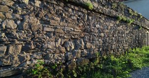 Spacer wzdłuż średniowiecznej kamiennej ściany zbiory