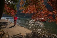 Spacer wzdłuż Arashiyama rzeki w Kyoto, Japonia obrazy stock