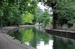 Spacer wzdłuż Thames w czytaniu obrazy royalty free