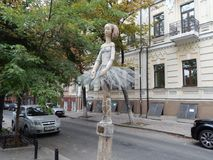 spacer wzdłuż ulicy Kijowski miasto widok baleriny rzeźba fotografia royalty free