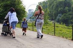 Spacer z dziećmi wzdłuż St James parka, Londyn Obrazy Royalty Free