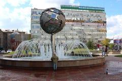 Spaceru lata 2018 miasta Piękna fontanna w Novosibirsk Ordzhonikidze ulicie w lato chłopiec troszkę wchodzić na górę patrzeć zdjęcie royalty free