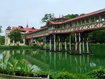 Spaceru sposób łączy Phra Tamnak Mari Ratchrat Banlang i Phra Tamnak Chali Monkol-asna w Sanam Chandra pałac, Tajlandia Fotografia Royalty Free