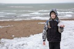 Spaceruje plażę w zimie Obrazy Royalty Free