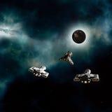 Spaceships die een Donkere Planeet naderen Stock Foto's