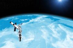 Spacestation volant à la planète, aux étoiles et à la nébuleuse inconnues dans externe Illustration de Vecteur