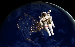 Spacewalk dell'astronauta alla notte dal lato oscuro del pianeta della terra Gli elementi di questa immagine hanno fornito dalla  royalty illustrazione gratis