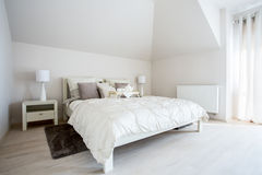 Spacious bedroom with twin bed Royalty Free Stock Photography