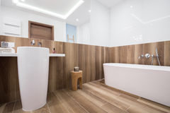 Spacious light bathroom Royalty Free Stock Images