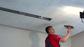 Spackling ανώτατο όριο ατόμων γυψαδόρων με putty Νέες εργασίες λήξης διαμερισμάτων απόθεμα βίντεο