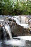 Spadać kaskadą rzekę Obrazy Stock