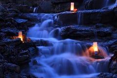Spadać kaskadą siklawa ogród z świeczkami Fotografia Royalty Free