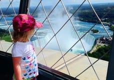 spadać Niagara turysty widok obraz royalty free