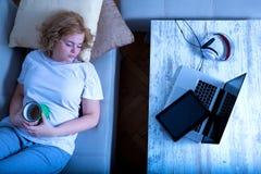 Spadać uśpiony na kanapie przy nocą Zdjęcie Stock