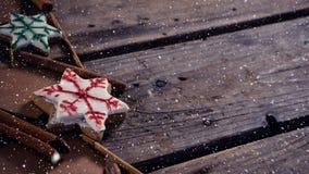 Spada śnieg z Bożenarodzeniowymi dekoracjami na drewnie zbiory wideo