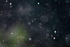 Spada śniegu bokeh tekstury podeszczowa narzuta na zmroku - błękitnym i zielonym tle obrazy royalty free
