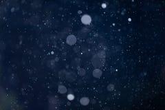 Spada śniegu lub deszczu bokeh tekstury narzuta na błękitnym tle zdjęcie royalty free