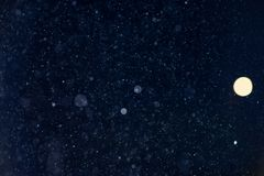 Spada śniegu lub deszczu bokeh tekstury narzuta na błękitnym tle obrazy royalty free