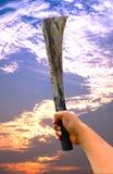 Spada d'acciaio con ruggine sul cielo crepuscolare Immagine Stock